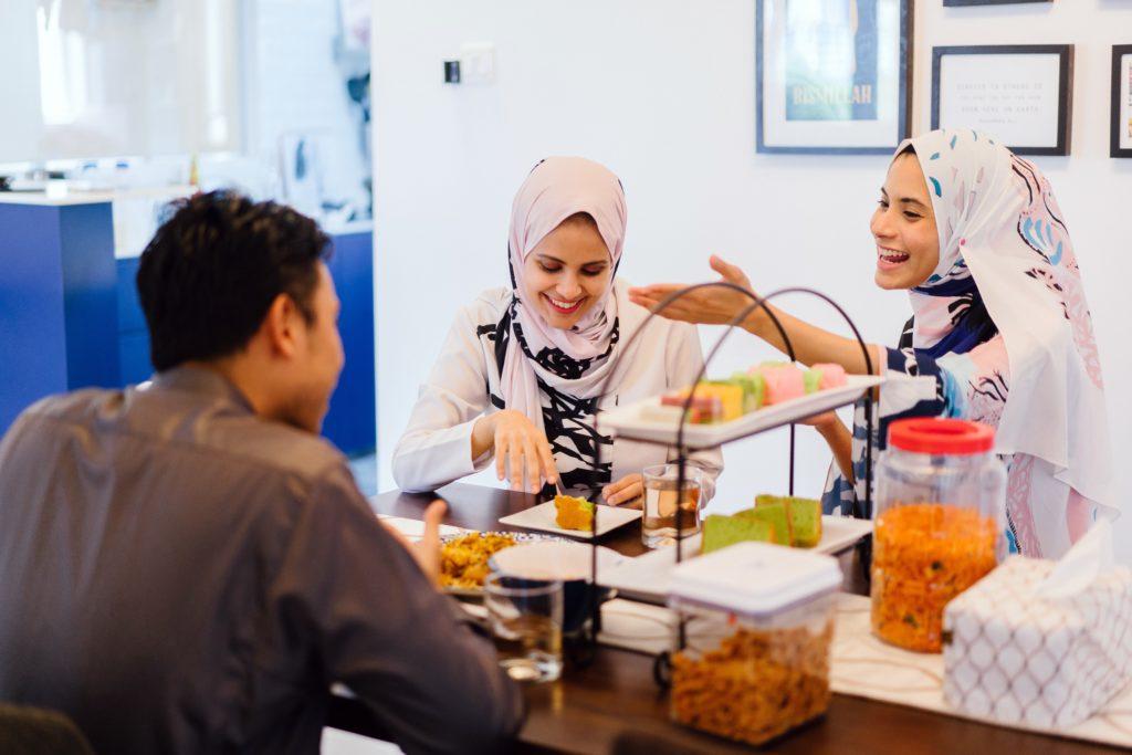 Grupo de amigos comiendo comida Halal