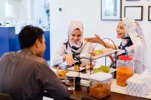 Amigos comiendo comida halal.